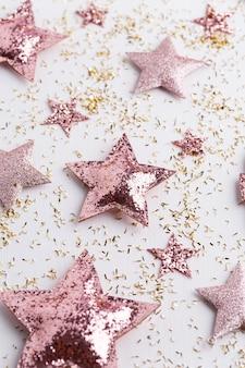 Composition de noël. décorations sur fond blanc. noël, hiver, concept de nouvel an. mise à plat, vue de dessus, espace copie