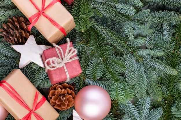Composition de noël. décorations de noël, branches de sapin avec coffrets cadeaux jouets. carte de voeux.