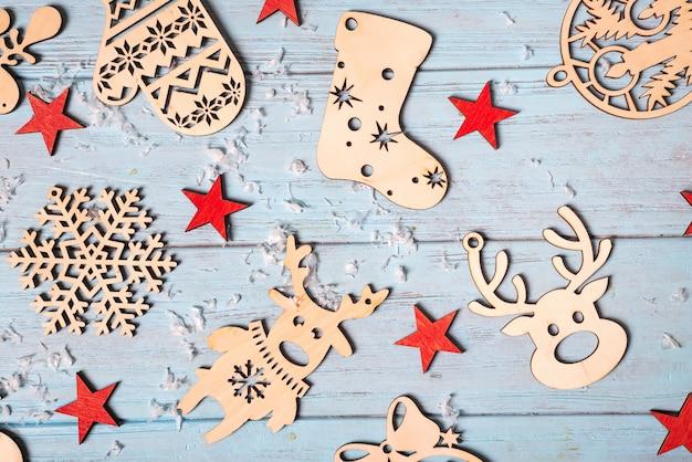 Composition de noël de décorations de noël et d'étoiles rouges sur fond bleu.