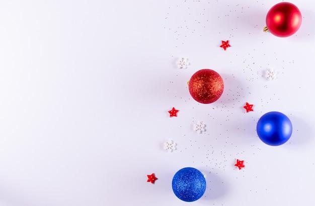 Composition de noël décorations de noël rouges et bleues sur blanc. vue de dessus, copyspace.