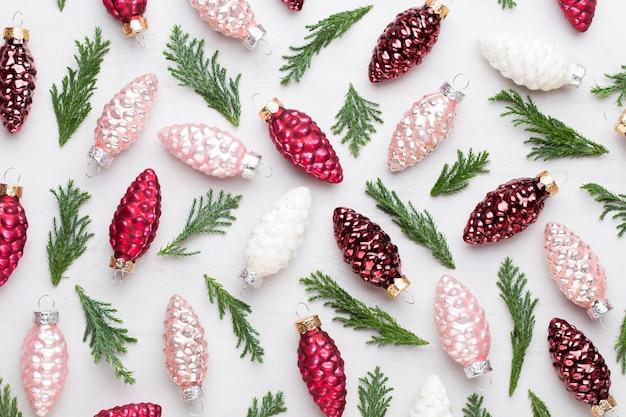 Composition de noël. décorations de pommes de pin sur fond blanc. noël, hiver, concept de nouvel an. mise à plat, vue de dessus. mise à plat. vue de dessus.