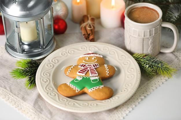 Composition de noël avec de délicieux biscuits au pain d'épice sur la table de la cuisine