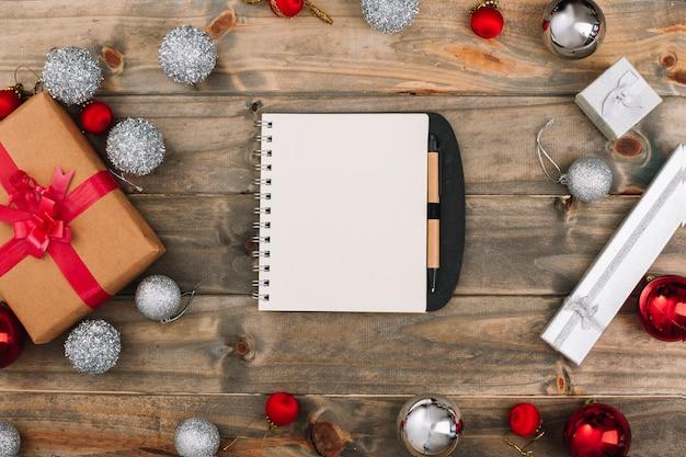 Composition de noël du bloc-notes avec des boîtes-cadeaux