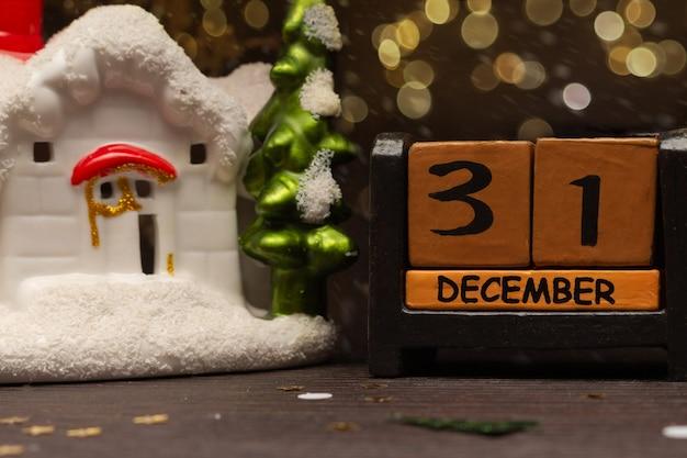 Composition de noël et du nouvel an sur le calendrier le 31 décembre et une maison de jouets