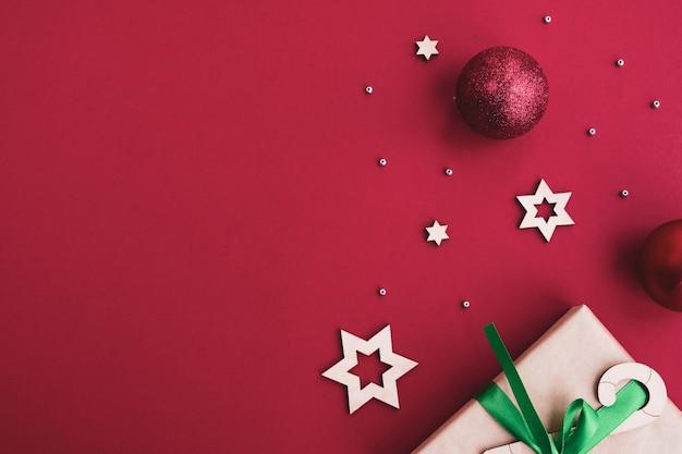 Composition de noël et du nouvel an. coffret cadeau, boules de noël, décor festif
