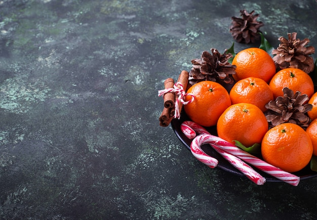 Composition de noël ou du nouvel an avec des mandarines