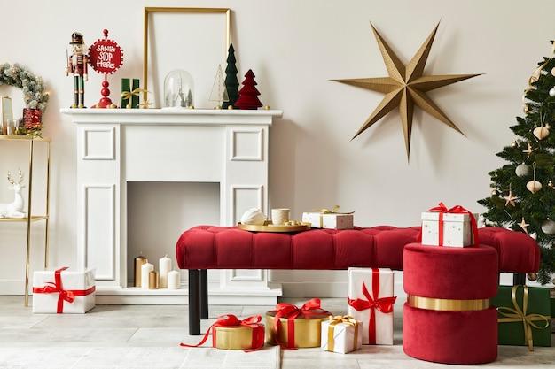 Composition de noël élégante à l'intérieur du salon avec cheminée blanche, arbre de noël et couronne, étoiles, cadeaux et décoration. la clause du père noël arrive. modèle.