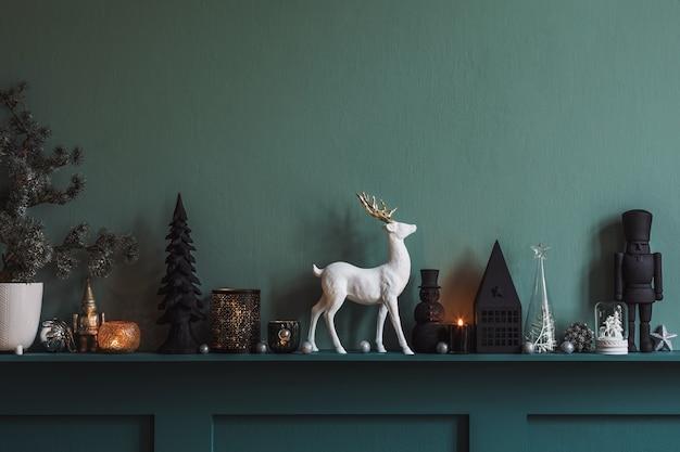 Composition de noël sur l'étagère à l'intérieur du salon. belle décoration. arbres de noël, bougies, étoiles, accessoires lumineux et élégants.