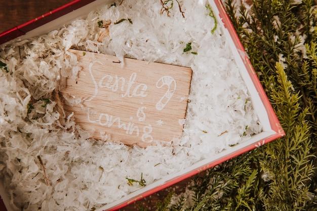 Composition de noël avec étiquette dans une boîte cadeau ouverte
