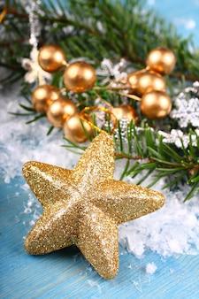 Composition de noël avec une étoile d'or sur un fond en bois bleu