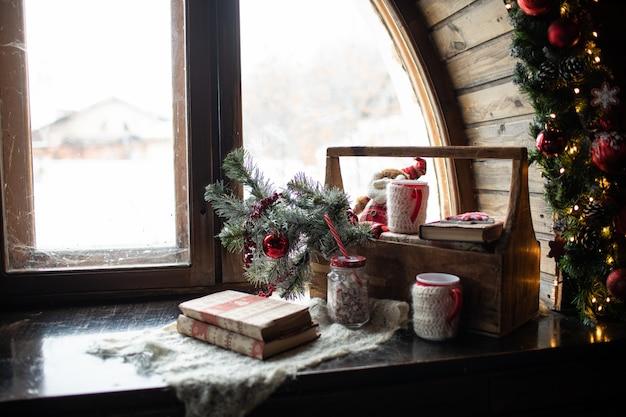 Composition de noël, sur la fenêtre sont les branches de l'arbre de noël
