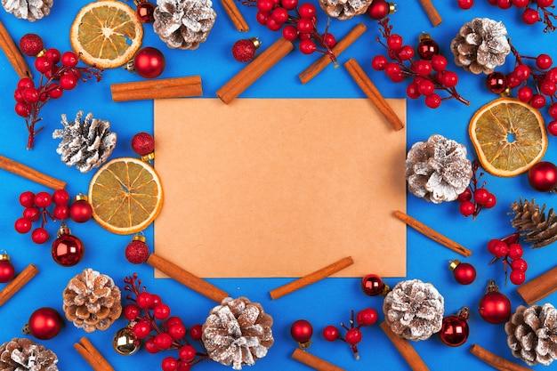Composition de noël avec une feuille de papier vide au centre