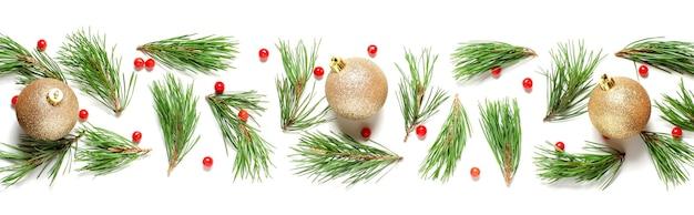 Composition de noël sur fond blanc. branches de pin et boules de noël dorées.