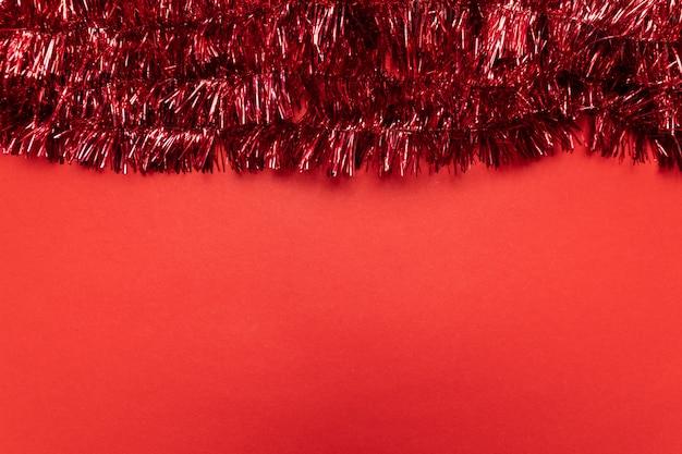 Composition de noël avec des guirlandes rouges. noël, plat poser, vue de dessus, fond.