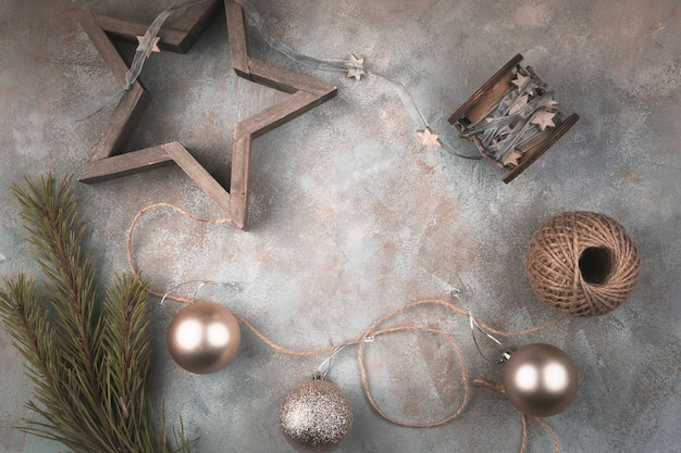 Composition de noël avec des jouets de fête, des patins, des étoiles et des balles sur une surface grise