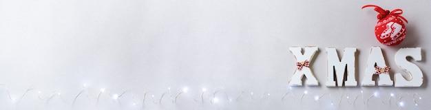 Composition de noël avec des lettres de noël et décoration du nouvel an sur gris