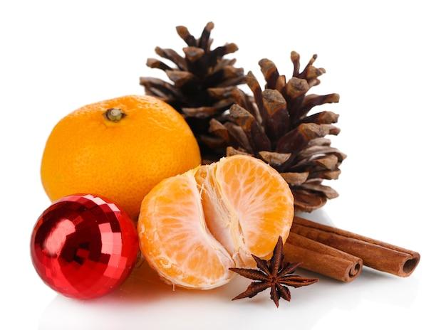 Composition de noël avec des mandarines blanc isolé