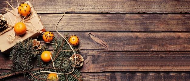 Composition de noël avec des mandarines et des pommes de pin. copyspace