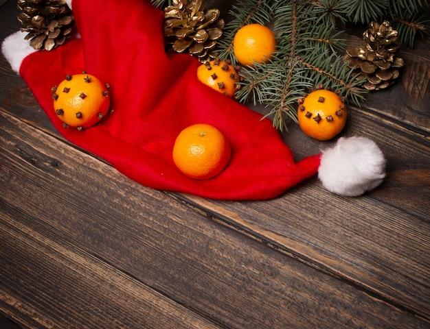 Composition de noël avec des mandarines et des pommes de pin.