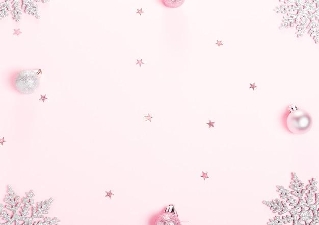 Composition de noël noël décoration rose boule de vacances avec ruban sur fond blanc