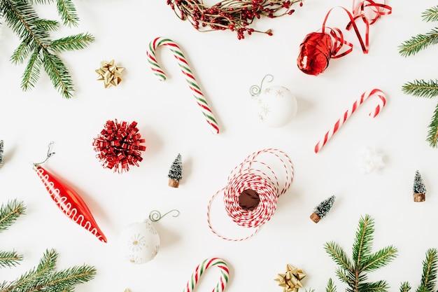 Composition de noël nouvel an avec des branches de sapin, boules de noël, bonbons, décorations sur blanc