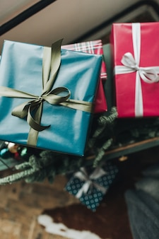 Composition de noël nouvel an. coffrets cadeaux faits à la main de fête emballés dans du papier de couleur bleu et rouge avec ruban vert et gris