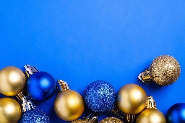 Composition de noël ornement bleu et doré et décorations de boules