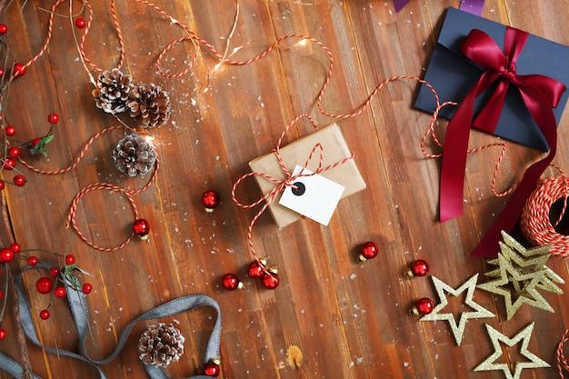Composition de noël avec des ornements et des coffrets cadeaux
