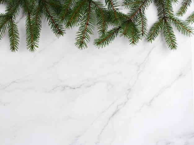 Composition de noël à partir de branches d'arbres de noël