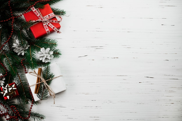 Composition de noël de petites boîtes-cadeaux sur la table