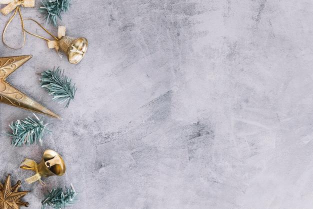 Composition de noël de petites cloches avec des branches