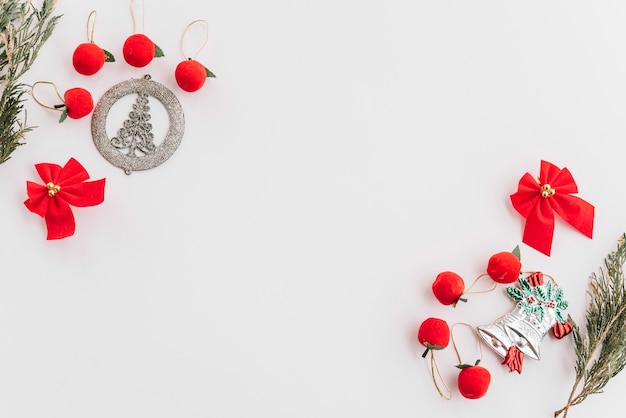 Composition de noël de petites pommes avec des arcs