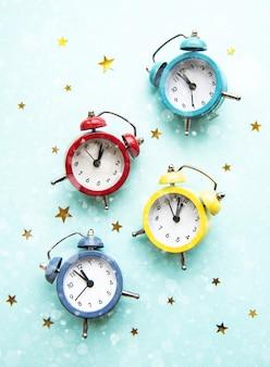 Composition de noël plate avec horloges de couleur