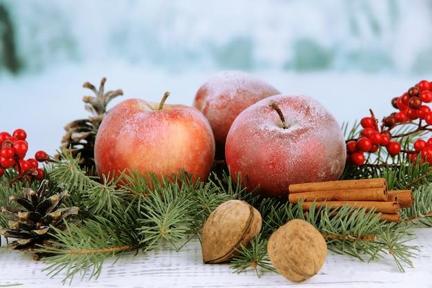 Composition De Noël Avec Des Pommes D'hiver Rouges Photo Premium