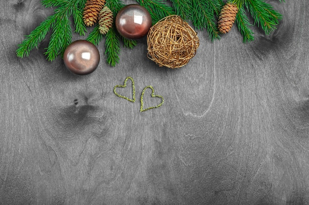 Composition de noël pour carte postale, couverture, bannière. branches et boules de sapin, cône sur bois rustique. concept de nouvel an. gros plan, copiez l'espace pour le texte.
