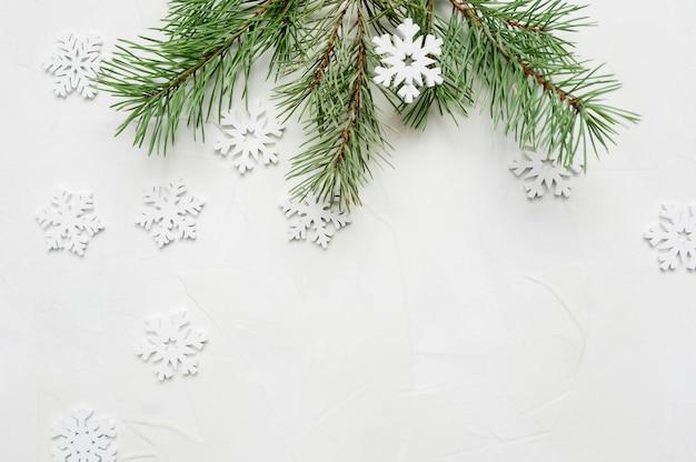 Composition de noël pour carte de voeux. flocons de neige et branches de sapin
