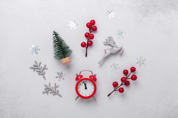 Composition de noël avec réveil, souvenirs, canne en bonbon, flocons de neige. noel, hiver, concept de nouvel an. mise à plat, vue de dessus, espace de copie - image