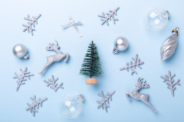 Composition de noël sapin et décoration argentée sur fond bleu pastel. noel, hiver, concept de nouvel an. mise à plat, vue de dessus, espace de copie - image
