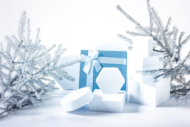 Composition de noël avec sapin et podiums vides soft focus sélectif hiver fond festif