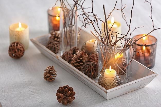 Composition de noël sur table en bois blanc