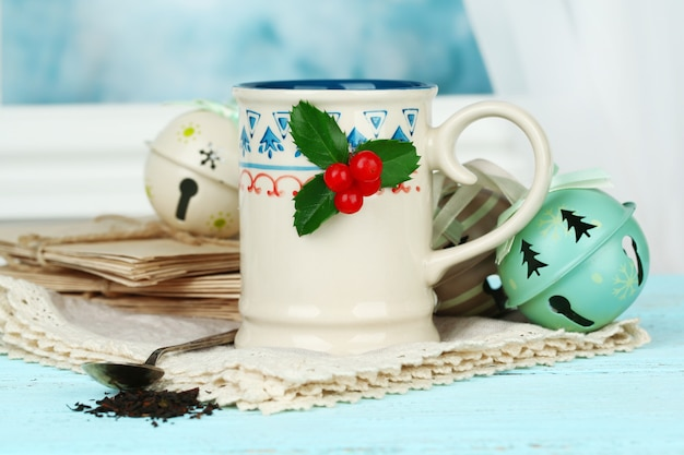 Composition de noël avec tasse de boisson chaude, sur table en bois