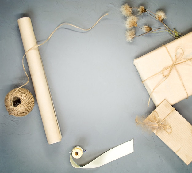 Composition de noël. tout pour emballer des cadeaux. mise à plat, vue de dessus, espace de copie.