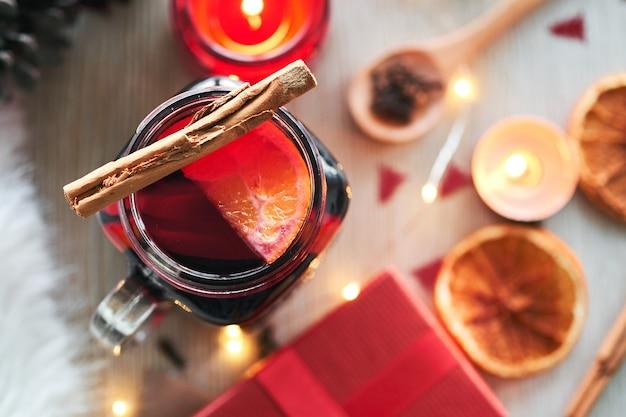 Composition de noël avec un verre de vin chaud
