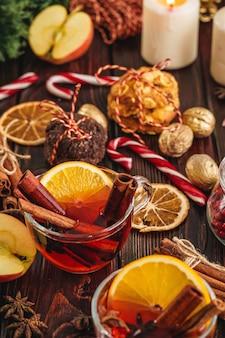 Composition de noël avec un verre de vin sur une table en bois se bouchent