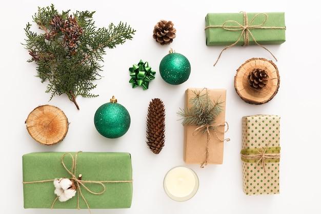 Composition de noël zéro déchet faite de cadeaux artisanaux sans plastique sur table blanche