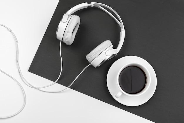 Composition noir et blanc avec un casque élégant, pose à plat