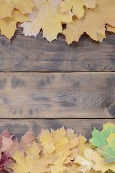 Composition de nombreuses feuilles d'automne tombées jaunies sur une surface de fond