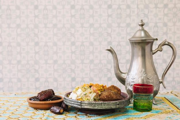 Composition de nourriture arabe pour le ramadan avec du thé