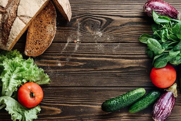 Composition de nourriture à plat sur un fond en bois.