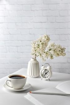 Composition avec des objets blancs sur un mur blanc.
